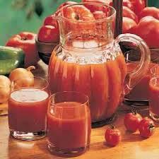picie-soku-pomidorowego